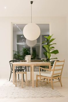 Get inspired by these dining room decor ideas! From dining room furniture ideas, dining room lighting inspirations and the best dining room decor inspirations, you'll find everything here! Interior, Dining Room Lighting, Rooms Home Decor, Home Decor, House Interior, Dining Room Inspiration, Interior Design, Dining Room Furniture, Dining Room Chandelier