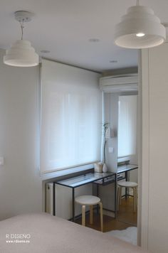 Incorporamos una pequeña zona de trabajo-tocador-vestidor con un gran espejo que permite ganar amplitud y refleja la luz y el jardín exterior.