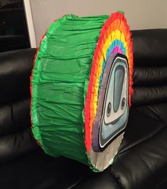 Piñata entamborada basada en el pin que usan los personajes de Junior Express de Disney