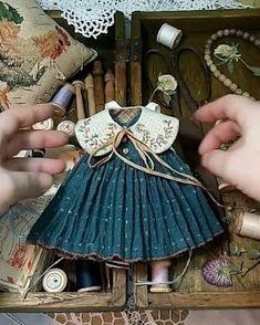 Crochet ideas that you'll love Sewing Doll Clothes, Sewing Dolls, Doll Clothes Patterns, Sewing Patterns, Fabric Dolls, Paper Dolls, Art Dolls, Doll Closet, Barbie