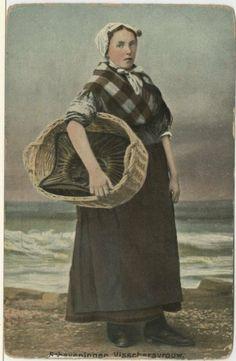 Scheveningse visvrouw met vismand; geposeerd voor een geschilderde achtergrond. ca 1910 HS Speelman, Amsterdam, nr. 6 #ZuidHolland #Scheveningen