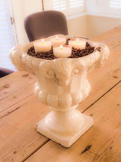 Ben je ook zo gek op de geur van koffie? Zet een paar kaarsjes in koffiebonen. De kaarsjes warmen de koffiebonen op en je huis ruikt heerlijk naar koffie. www.myflame.nl