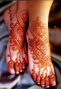"Mehndi or ""Mehendi"" or henna is a paste that is bought in a cone-shaped tube and is made into designs for men and women. Mehndi is derived from the Sanskri… Mehndi Tattoo, Henna Tattoos, Henna Tattoo Designs, Body Art Tattoos, Mandala Tattoo, Mehandi Henna, Hena Designs, Leg Mehndi, Paisley Tattoos"