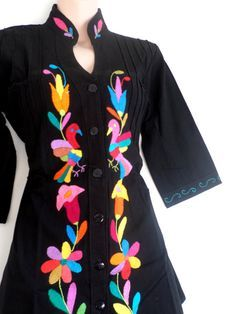 Hermosa blusa negra Otomi. Bordada a mano por mujeres por ArteOtomi