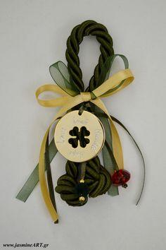 Γούρι τυχερό τριφύλλι με ευχές  Γούρι με τυχερό χρυσό τριφύλλι με ευχές στα ελληνικά και αγγλικά, χοντρό κορδόνι και χάντρες  Διαστάσεις:15cm και το στοιχείο: 4x4cm  Κωδικός: ΓΑ32  Τιμή:9.90€ Christening, Christmas Ornaments, Holiday Decor, Gifts, Presents, Christmas Jewelry, Favors, Christmas Decorations, Christmas Decor