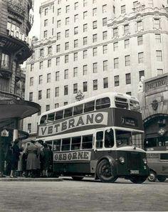 Autobús de dos pisos en la Red de San Luis, ante el edificio de la Telefónica y el templete de acceso al metro,1960.