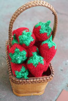 Knit Strawberries pattern by Pezdiva, freebie, thanks so for pinning this beauty! xox