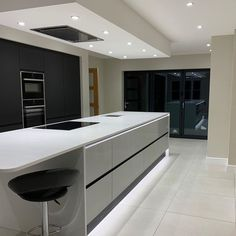 Sleek and chic 🖤 Mix and match our Balham Gloss Dove Grey with our Clerkenwell Super Matt Charcoal cabinets to create the ultimate modern… Open Plan Kitchen Living Room, Kitchen Dining Living, Kitchen Room Design, Best Kitchen Designs, Modern Kitchen Design, Kitchen Layout, Home Decor Kitchen, Kitchen Interior, Kitchen Ideas