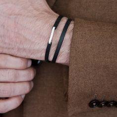 Bracelet composé d un lien de cuir double et d une attache en argent massif  martelé. Disponible en quatre coloris (naturel, noir, cognac et bientôt vert)  et ... 1fcdf83c780