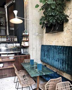 Breakfast table design banquette seating Ideas for 2019 Decoration Restaurant, Deco Restaurant, Restaurant Interior Design, Apartment Interior Design, Cafe Interior, Decor Interior Design, Home Design, Interior Decorating, Decorating Ideas