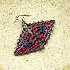 Peyote Triangle Earrings dark gray and red by Taurielscraft