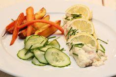 Fjellørret med rømmesaus, agurksalat og ovnsbakte rotgrønnsaker Going Fishing, Vinaigrette, Trout, Healthy Lifestyle, Meat, Chicken, Recipes, Brown Trout, Recipies