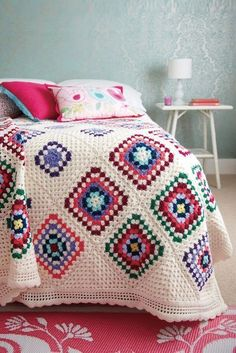 THIS IS A PAID PATTERN. However, it looks incredibly easy to reproduce. Crocheted bedspread with different size granny squares.Crocheted bedspread with different size granny squares on cream base. The 2 rows of cream looks good, I could do this to make ou Point Granny Au Crochet, Granny Square Crochet Pattern, Crochet Squares, Crochet Blanket Patterns, Crochet Blankets, Crochet Afghans, Crochet Bedspread Pattern, Crochet Edgings, Quilt Pattern