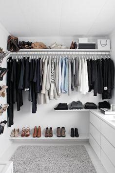 OVERSIKTELIG: Hyllene er bestilt fra Carlsen Fritzøe. På hyllen nederst har skoene fått plass, og på hyllen oppe står veskene samlet. På en hylle i midten ligger buksene. Teppet er fra Ikea, det samme er garderobestangen.