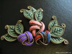 work art: colorful things made of zippers and crochet - crafts ideas - crafts for kids Zipper Flowers, Felt Flowers, Fabric Flowers, Crochet Crafts, Felt Crafts, Sewing Crafts, Zipper Jewelry, Fabric Jewelry, Felt Brooch