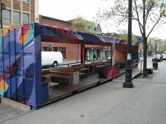Utilizando o espaço de três vagas de carro, os canadenses de Montreal criara uma sala de estar no meio da rua - e o comércio local agradece.