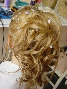 corte de cabelo para 15 anos coque despojado com pequenas borboletas, um clássico.