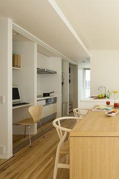究極のシンプルをめざした住まいに家族の温かな暮らしが息づく | 建築実例 | 戸建住宅 | 積水ハウス Japan House Design, Japan Interior, Natural Interior, Japanese House, Corner Desk, Living Room, Storage, Simple, Modern