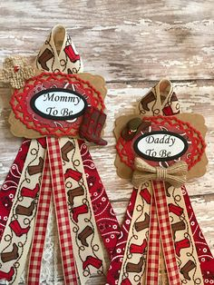 Baby shower corsage tags Set of Western Mommy To Be Corsage Western Daddy To Be Badge Western Theme baby Shower Badge Cowboy Baby Shower Measures: Badge x Ribbon Pin attached on back Distintivos Baby Shower, Baby Shower Badge, Cow Baby Showers, Cowgirl Baby Showers, Cowboy Baby Shower, Boy Baby Shower Themes, Baby Shower Balloons, Baby Shower Decorations, Babyshower