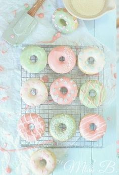 Pastell-Traum: Gebackene Vanille-Donuts (Miss Blueberrymuffin) Bonbons Pastel, Tortas Low Carb, Pastel Party, Baked Donuts, Donuts Donuts, Delicious Donuts, Cute Desserts, Aesthetic Food, Aesthetic Pastel