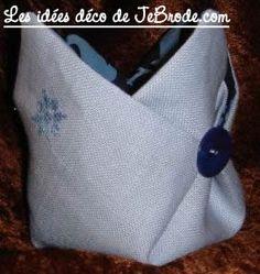 JeBrode.com: Une petite bourse vide-poche en origami Pochette Portable Couture, Diy Sac, Vide Poche, Point, Tote Bag, Sewing, Knitting, Crochet, Molde