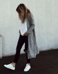 Look calça preta rasgada, t-shirt e maxi suéter.