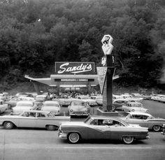 drive in--very retro- Vintage Diner, Vintage Restaurant, Vintage Cars, 50s Diner, Vintage Auto, Retro Cars, Vintage Stuff, Drive In, Food Drive