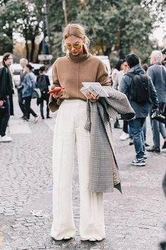 Fall Street Style Outfits to Inspire Fall Street Style Fashion Week Street Style Outfits, Look Street Style, Mode Outfits, Wide Leg Pants Street Style, Pants Style, Warm Outfits, Night Outfits, Looks Chic, Looks Style