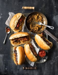Barbecued sausages with beer-braised onions - We can't stop drooling over these. Sausage Recipes, Pork Recipes, Healthy Recipes, Hot Dogs, Barbecued Sausages, Grilling Recipes, Cooking Recipes, Cooking Tips, Bonfire Night Food