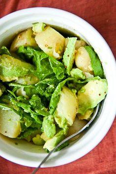 Salat mit Lattich, Avocado und Kartoffeln. Gesundes Mittagessen und lecker. Noch mehr Ideen gibt es auf www.Spaaz.de