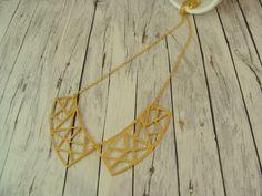 Geometrische Kette aus einem vergoldeten Kragen - Anhänger im Boho - Stil.  Die…