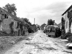"""St Lambert sur Dive, le 19 aout 1944, cliché pris sur la D13 direction Nord vers Trun par l'équipe du Lt D.I. Grant du 1st Canadian Army Film & Photographic Unit.  Tout au fond un groupe de prisonniers sous la garde des Argyll & Sutherland Highlanders of Canada- Princess Louise's de la 4th Canadian Armoured Division en direction du camp de prisonniers sur la Coline 117 (Au nord de Saint-Lambert-sur-Dive, lieu dit """"Les Carrés"""""""