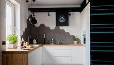Heksagonalne płytki w białej kuchni