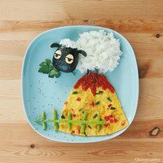 Wer alle Zutaten erkennt, ist ein Meister der Food-Art. Wir sehen Reis und Omelette. Ein super Mittag für die Kinder.