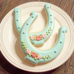Pretty little horseshoe cookies for sweet Stella's birthday at the pony farm! Shoe Cookies, Fancy Cookies, Royal Icing Cookies, Cupcake Cookies, Sugar Cookies, Pony Party, Horse Cake, Galletas Cookies, Birthday Cookies