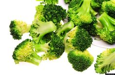 BROCCOLI contains that reduces the risk of breast cancer, ovarian cancer and cervical cancer. It also contains beta-carotene and other protective agents that can fight heart disease. Broccoli Benefits, Antioxidant Vitamins, Beta Carotene, Greens Recipe, Food Facts, Akita, Health Tips, Health Benefits, Health Care