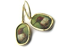 14K gold (GF) earrings with a miniature painting of a rufous-hummingbird • 14 karaats gouden (GF) oorbellen met miniatuur schilderijtjes van een rosse kolibrie • © Jeanne Melchels • www.etsy.com/nl/shop/JeanneMelchels