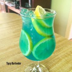 "TIPSY BARTENDER på Instagram: ""▃▃▃▃▃▃▃▃▃▃▃▃▃▃▃▃▃▃▃▃▃▃▃▃ CHICK MAGNET 1 ½ oz. (45ml) Wild Berry Vodka ½ oz. (15ml) Blue Curacao ½ oz. (15ml) Island Punch Pucker 2 oz. (60ml) Lemonade ½ oz. (15ml) Freshly Squeezed Lemon Juice Splash of Club Soda Lemon Slices INSTAGRAM PHOTO CREDIT:"
