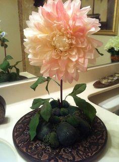 linda flor en un platon de madera!