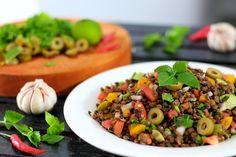 Veganer Linsensalat: Ein einfaches und schnelles Rezept, perfekt zum Mitnehmen auf die Arbeit, als sättigendes Abendessen oder auch für Feste und Partys.