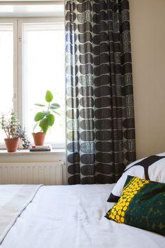 Vanhan Herttoniemen kerrostalossa asutaan talon aikataulun hengen mukaisesti ja värikylläisesti. Home, Home Decor, Decor, Curtains