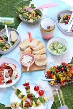 Sometimes it's all about the little things! Being together can also be celebrated. This is how you assemble a picnic! Picnic Food List, Picnic Date Food, Best Picnic Food, Healthy Picnic Foods, Picnic Snacks, Picnic Dinner, Healthy Recipes, Cooking Recipes, Picnic Ideas