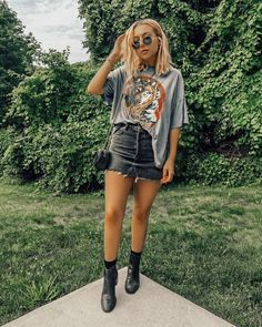 Urban Chic Outfits, Edgy Outfits, Mode Outfits, Cute Casual Outfits, Fashion Outfits, Band Tee Outfits, Graphic Tee Outfits, Couple Outfits, Vintage T-shirts