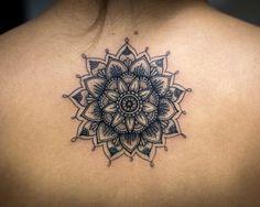 Este design dinâmico http://tatuagens247.blogspot.com/2016/08/linda-mandala-tatuagens-voce-vai.html