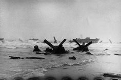 Robert Capa - Landing of the American troops on Omaha Beach Normandy, 6 giugno 1944