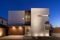 位於埼玉県的木造2階建築,是建築師 柏木学 的設計作品。以創造隨時間流動而產生光影變化的現代住宅為其設計哲學,讓住家保持穿透與自然風流動,以格柵豎起中庭圍籬,在封閉的場域裡擁有自己的天地。  via カシワギ・スイ・アソシエイツ 一級建築士事務所
