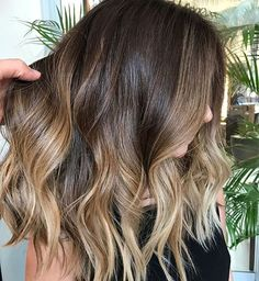 >> Yes please! The ultimate ombré midi lengths ☀️. Summer hair vibes via the amazing Romeu Felipe. #weekendhaircrush #hairlove #hairgoals #maneenvy #ombregoals #ohhellohair