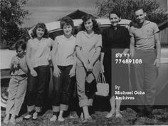 Country singer Loretta Lynn poses for a portrait with her familyr in circa 1955 in Butcher Holler, Kentucky. Get premium, high resolution news photos at Getty Images Country Musicians, Country Music Singers, Country Artists, Young Celebrities, Country Music Stars, Music Magazines, Famous Singers, Dolly Parton, Kentucky
