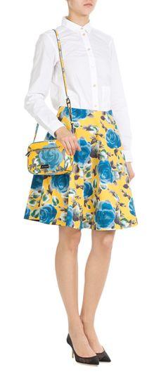 Altbacken und bieder? Von wegen! Die fröhlichen Blumendrucke auf dem gelben Flared-Skirt von Marc by Marc Jacobs lassen ihn zum charmanten Sommer-Basic mit Twist werden #Stylebop