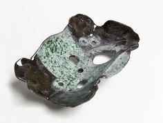 Ceramiczna mydelniczka. Odjechana, ale praktyczna - mydło nie siedzi we własnych mydlinach i się nie rozpuszcza...